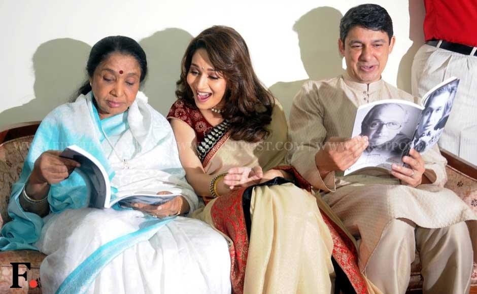 Asha Bhonsle, Madhuri Dixit and Sriram Nene check out the new book. SachinGokhale/Firstpost.