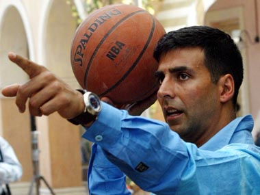 "Bollywood star Akshay Kumar plays basketball as part of a shot during the making of Bollywood movie ""Mujhse Shaadi Karogi"" (Will you marry me?), in Bombay December 2, 2003. ""Mujhse Shaadi Karogi"" is a comedy love story and is scheduled for release in April 2004. REUTERS/Sherwin Crasto SC/CP"