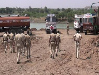 Police stationed at Dongargaon dam, outside Latur, for protection to tankers filling water. Image courtesy: Aajlatur.com