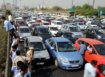 Gurgaon: Heavy traffic jam during protest of diesel taxi drivers and owners who jammed the Delhi- Gurgaon expressway at border near Rajokri flyover in protest the ban of diesel taxi in National Capital on Monday. PTI Photo (PTI5_2_2016_000273B)
