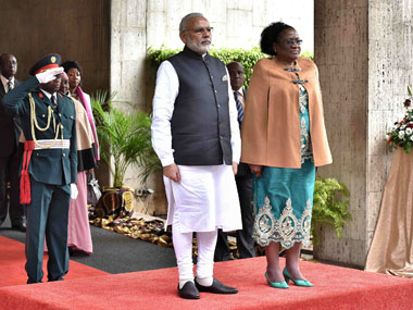 Prime Minister Narendra Modi accorded ceremonial welcome, at the National Assembly, Maputo in Mozambique on 07 July, 2016. Image courtesy PIB