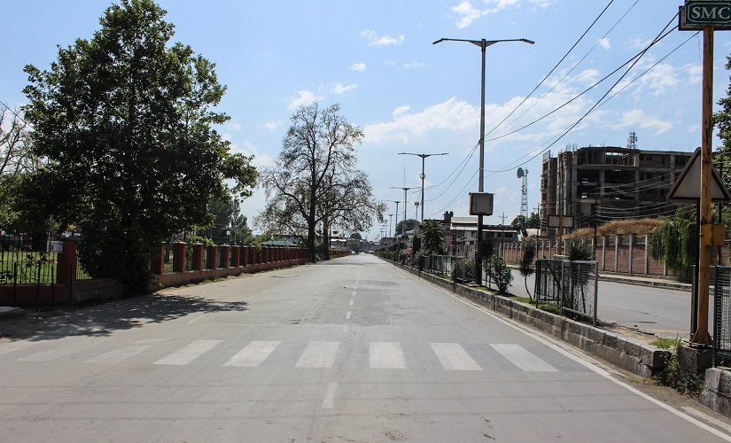 The deserted Maulana Azad Road in Srinagar. Firstpost/Sameer Yasir