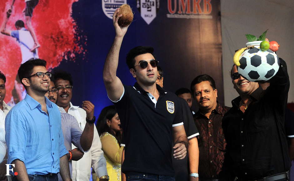 Ranbir Kapoor attempts to break the Dahi Handi with Aditya Thackeray beside him, at Andheri Sports Complex. Sachin Gokhale/Firstpost