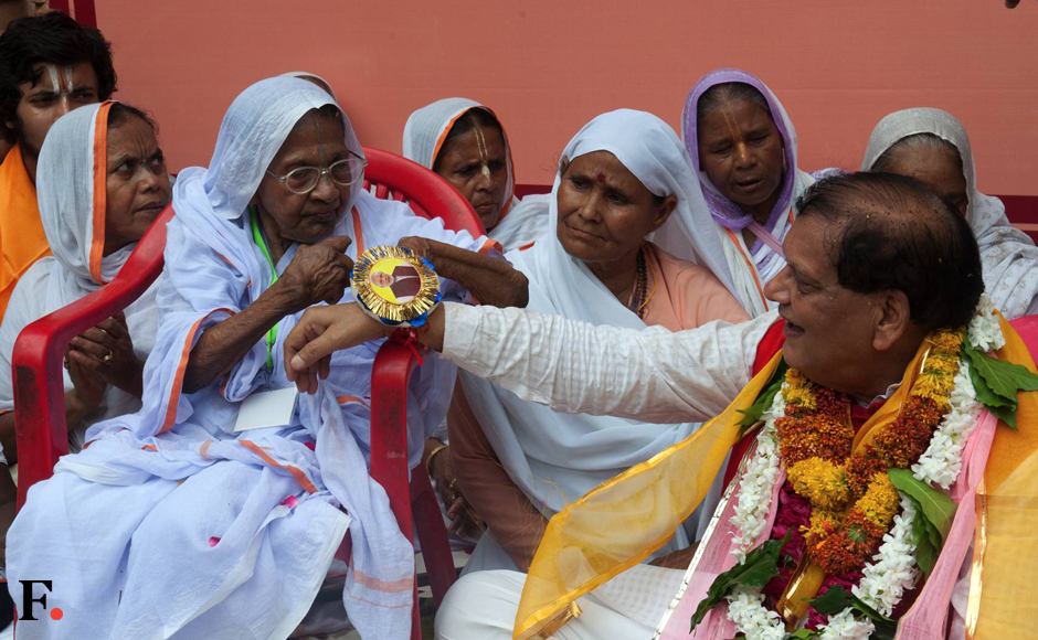 """In a bold move to break the age-old traditions, hundreds of widows of Vrindavan and liberated manual scavenger women considered """"untouchables"""" publicly tied Rakhi to 50 upper caste pundits and Sanskrit scholars at the century-old Gopinath Temple in Vrindavan on Wednesday. (Naresh Sharma/Firstpost)"""
