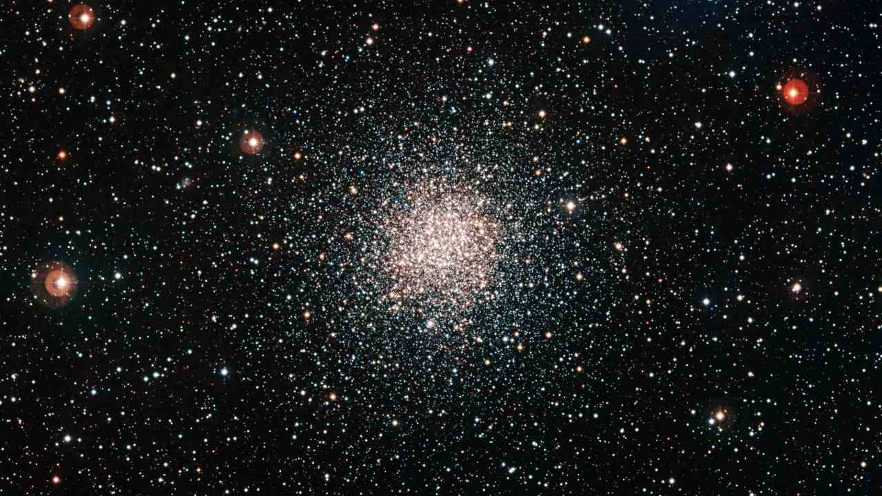 The old globular clusters referred to as dinosaurs of the universe, present excellent laboratories where astronomers can understand how stars evolve through various phases between their birth and death. Image credit: Wikipedia/Richard Hook, ESO